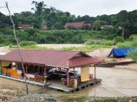 Schwimmendes Restaurant auf dem Sungai Tembeling