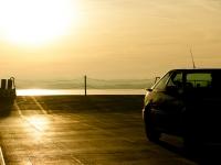 Auto im Gegenlicht auf der Bodenseefähre