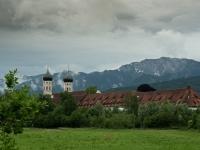 Kloster Benediktbeuern mit Benediktenwand im Hintergrund